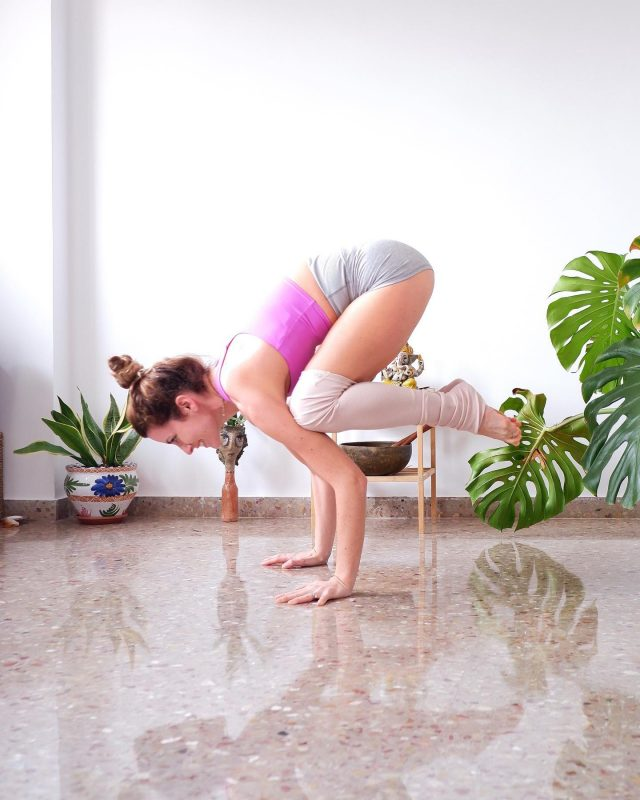 ✍🏻🗒Notes from my first Ashtanga Primary series in 3 months🤍👇  *the shoulder tendinitis/bursitis is fully recovered, but the ankle sprain will need few more months.  ✨The transition between Chaturanga and Up dog felt very challenging and towards the end I swapped to Cobra instead of Upward facing dog. ✨Half Lotus or Full with the right leg first is impossible due to pain when I turn my foot inwards (inversion) ✨Upward facing dog was painful because I've lost mobility in the foot for plantar flexion (pointing the foot) ✨managed to hold Crow for 5 breaths but face plant when jumping into Chaturanga😂followed by a laugh 😂 ✨Headstand for 5 breaths with tucked legs due to shaking of my arms that have lost their strength. ✨forgetting to activate my bandhas 🙊but maintaining deep and steady Ujjayi breath😇  #practiceandalliscoming right? 😉  Good night💜✨ #ALOboutYogaGoals day 6  Happy weekend😊 ✨Hosts 🧘🏼♀️ @anasheyoga @connellygirlsgymyoga @gosia_yogini @indirajoga @temyoga @tine_yogini 🧘🏼♀️ ✨Sponsors 🎁 @aloyoga @alomoves 🧘🏼♀️ ✨Pose Line Up: 1. Lotus💜 2. Pigeon💜 3. Split 💜 4. Yogi Dandasana💜 5. Leg behind head (LBH)💜 6. Crow💜 7. Chin stand 8. Forearm wheel  9. Headstand  10. Pincha or handstand 🧘🏼♀️ #crowpose #bakasana #ashtangi #ashtangalove #aloyoga