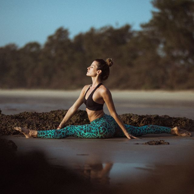 """Who else is missing traveling and chasing sunsets? 🙋🏼♀️🌅  Throwback to one of my favorite places in Goa.  📸by @mosalikstudios   Outfit by @liquidoactive  🛍Get 15% off using """"TEMYLIQUIDO""""  #splitsprogress #hanumanasana #liquidoactive #goaindia"""