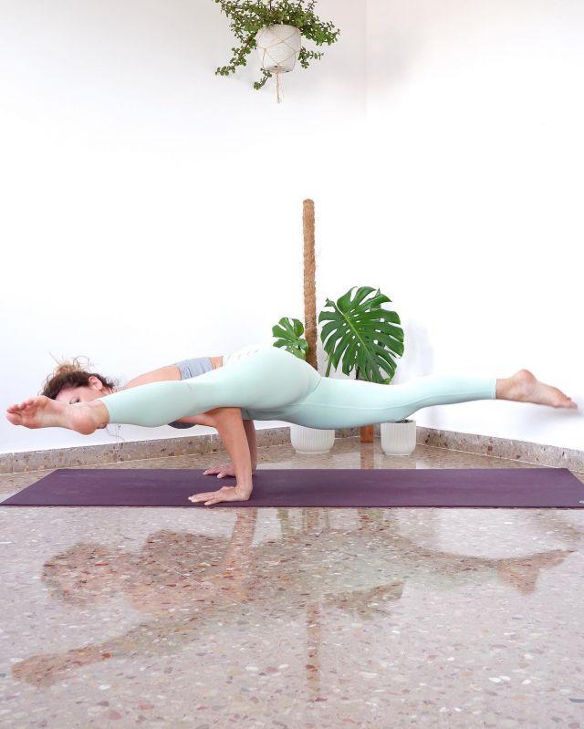 Feel everything that is beautiful In your soul, and let yourself become it~ @butterfliesrising 🦋  Day 7 of #AloBoutSplits   Hosts: @temyoga @esteryoga @indirajoga @ethereal.flame @connellygirlsgymyoga  Sponsors:  @aloyoga @alomoves  Pose list:  1. Ardha Hanumanasana💜 2. Hanumanasana💜 3. Samakonasana (middle split)💜 4. Standing split💜 5. Backbending split💜 6. Wall split💜 7. Arm balance split💜 8. Inverted split  #aloyoga #alomoves
